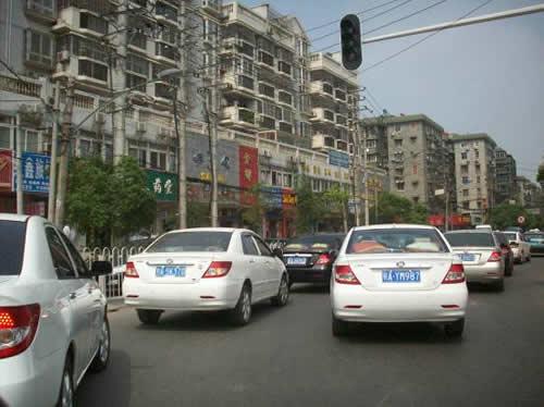 的比亚迪车队在繁华的街道上行驶着,时值下午3点,交通不是很拥挤图片
