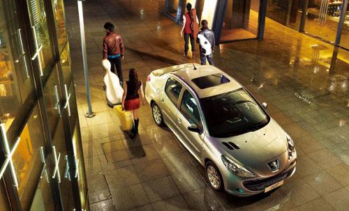 标致汽车特有的狮眼大灯及大嘴设计飘逸着浓郁的法国气息-东风标致高清图片