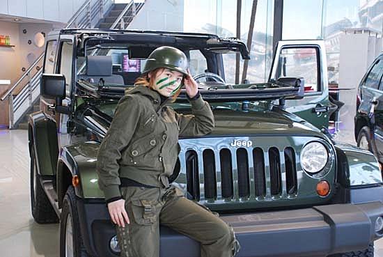迷彩,在树林里开着jeep的牧马人,估计是正在陪客户试驾,这家店高清图片