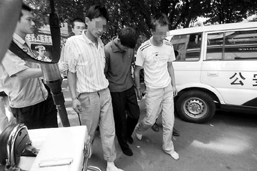 商南 抢劫罪/近日,秦市警方打掉一个4人持刀抢劫恶势力犯罪团伙,一举破获...
