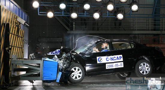 碰撞测试人员称,此次别克君越碰撞试验的相关数据及评测结高清图片